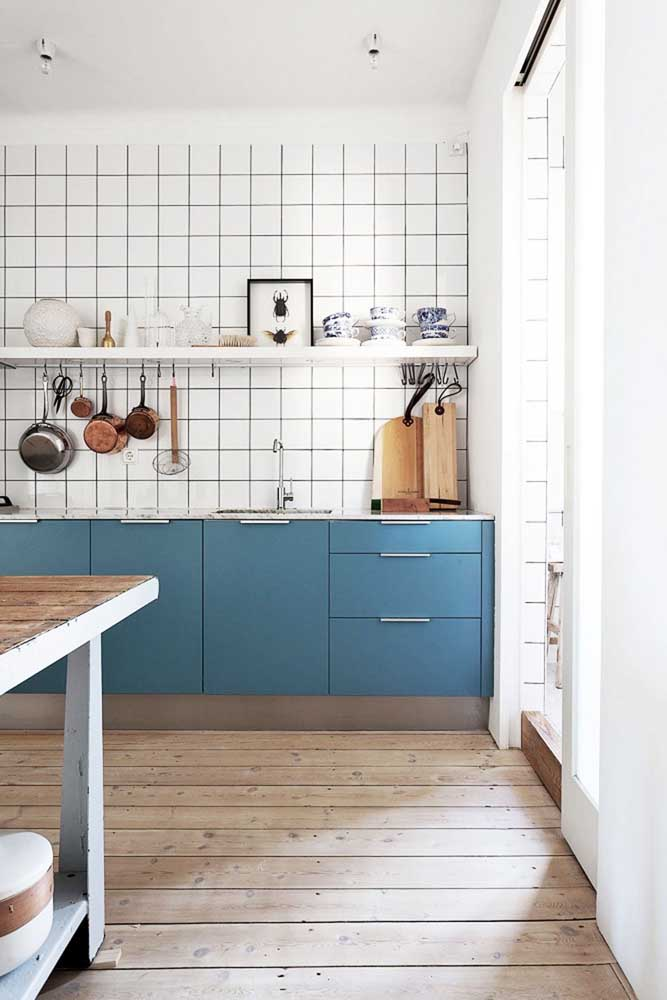 Você já percebeu que a combinação das cores azul petróleo e branca é muito usada na cozinha?
