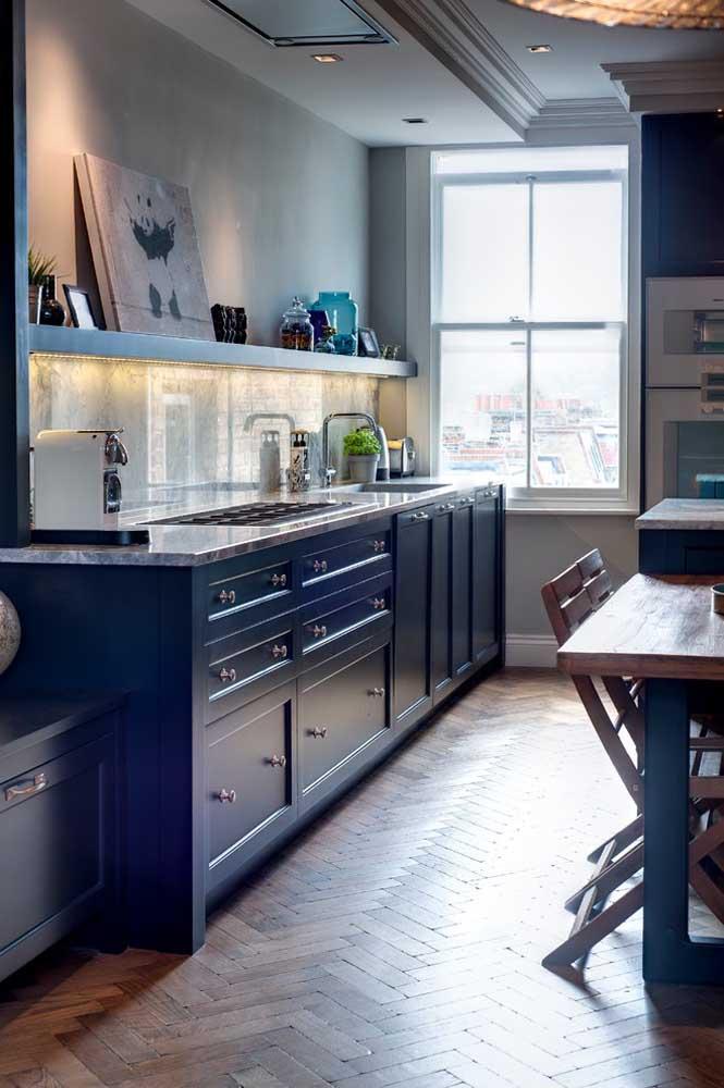 Nesse caso, a cor branca foi substituída pelo cimento queimado. Os móveis e o piso de madeira complementam a decoração.