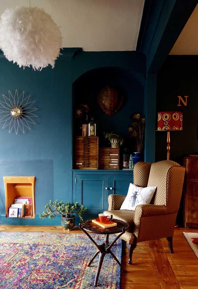 Nessa decoração, além da parede, a cor azul petróleo também foi usada nas divisórias do ambiente.