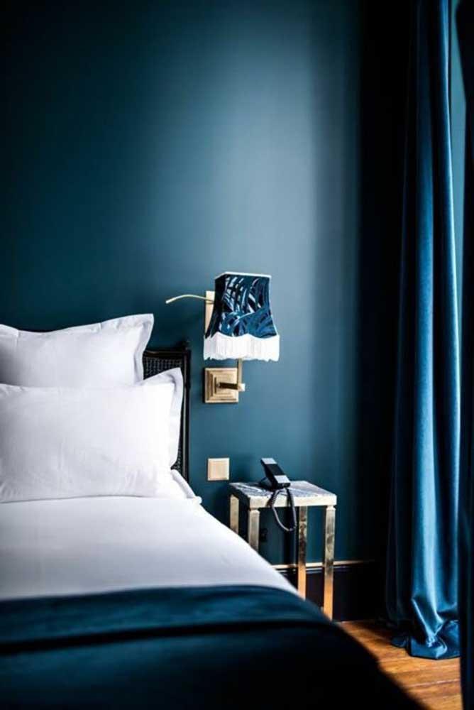 Você também pode fazer uma decoração somente com o azul petróleo que deve ser colocado na parede e nos elementos decorativos do ambiente.