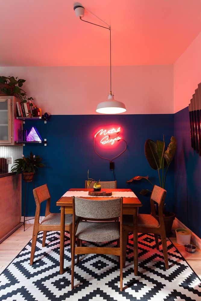 Quer evidenciar ainda mais a cor da parede do cômodo? Coloque uma luz neon!