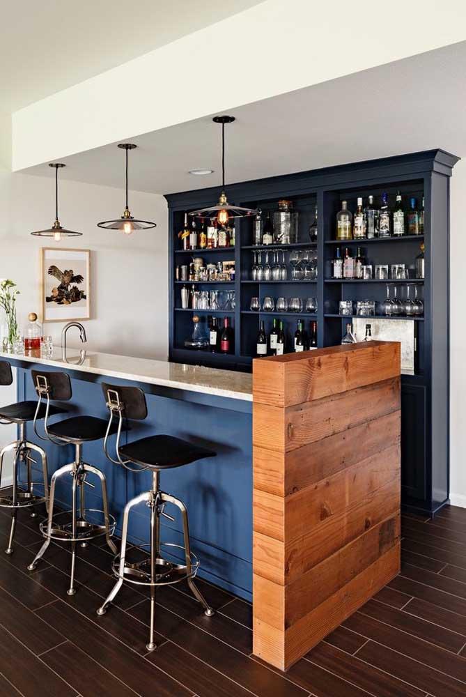 Olha como fica chique usar a cor azul petróleo para decorar o bar para receber seus convidados.