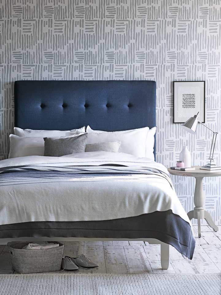 O contraste das cores cinza e azul petróleo deixa o ambiente mais calmo e tranquilo, perfeito para decoração de quartos.