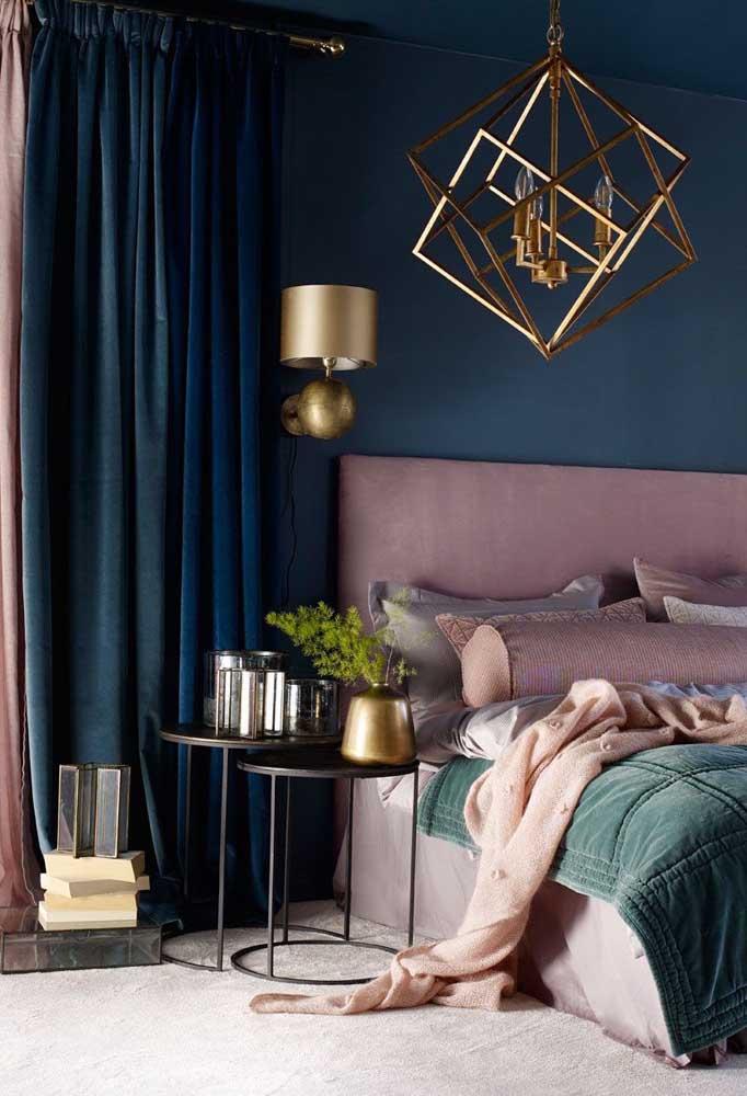 Você pode usar alguns tons de azul na parede do quarto e na cortina, sendo que o ideal é um tom contrastando com o outro.