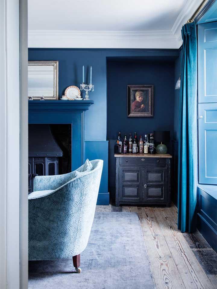 A cor azul petróleo deixa o ambiente mais sóbrio, perfeito para sala de estar.