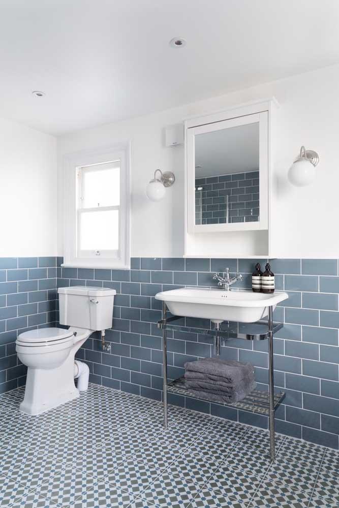 Usar duas cores e materiais diferentes na parede é uma grande tendência de decoração.