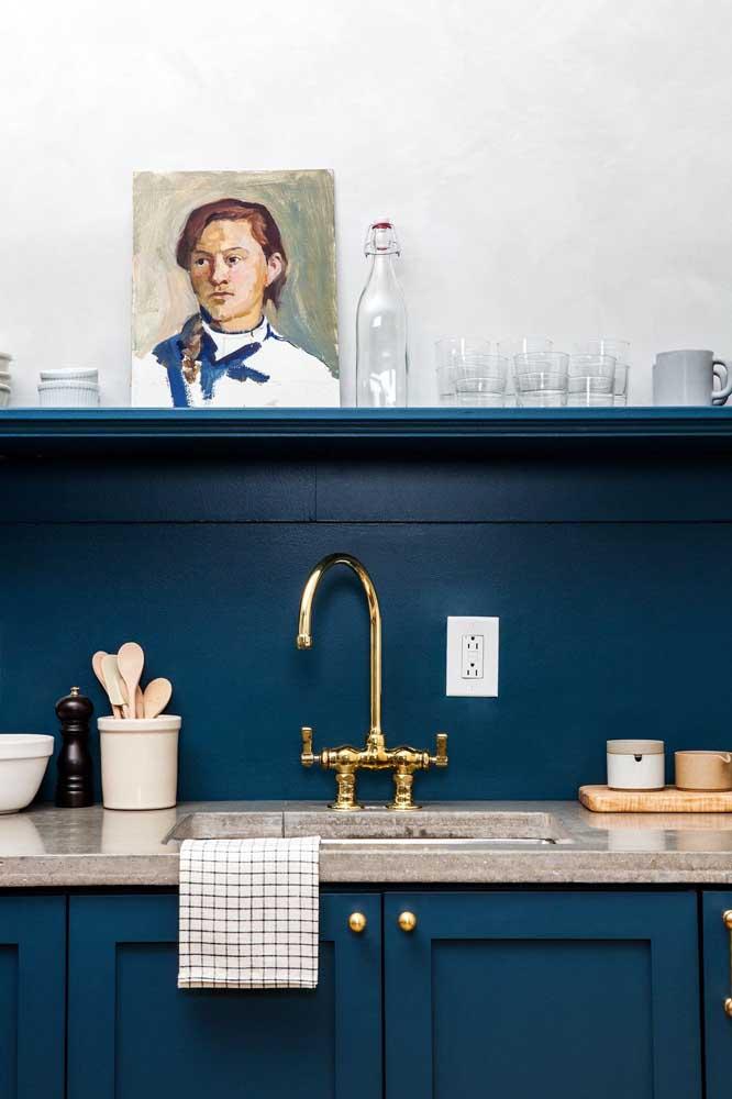 Na cozinha você pode usar a cor azul petróleo tanto nos móveis quanto na área da pia.