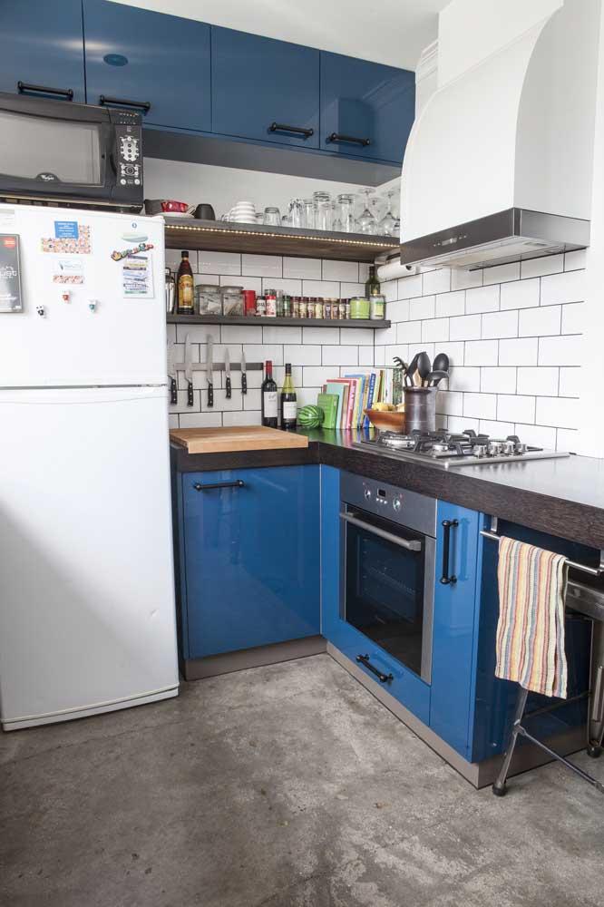 Veja como ficou perfeita a decoração dessa cozinha com o piso feito de cimento queimado.