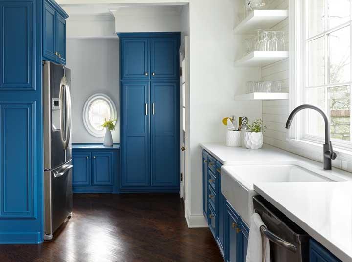 Nessa cozinha a cor predominante é azul petróleo com a cor branca complementando a decoração.