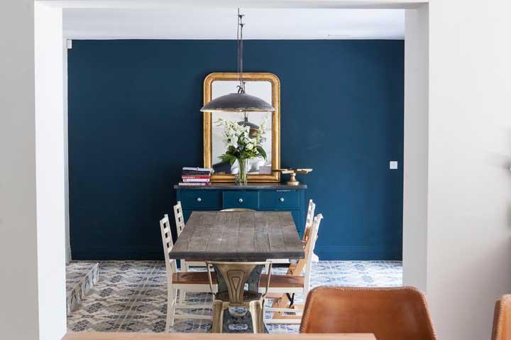 Quer ter um ambiente mais rústico, sem perder a sofisticação? Use e abuse dos móveis de madeira e da cor azul petróleo.