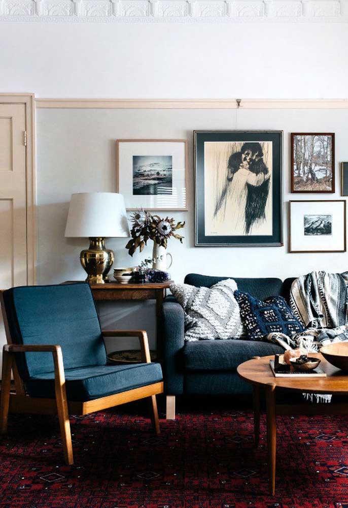 Se você quer chamar atenção, pode usar móveis na cor azul petróleo e um tom mais vibrante nos elementos decorativos.