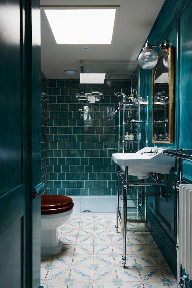 Quem disse que a cor azul petróleo não pode ser usada no banheiro? Basta saber fazer a combinação correta.