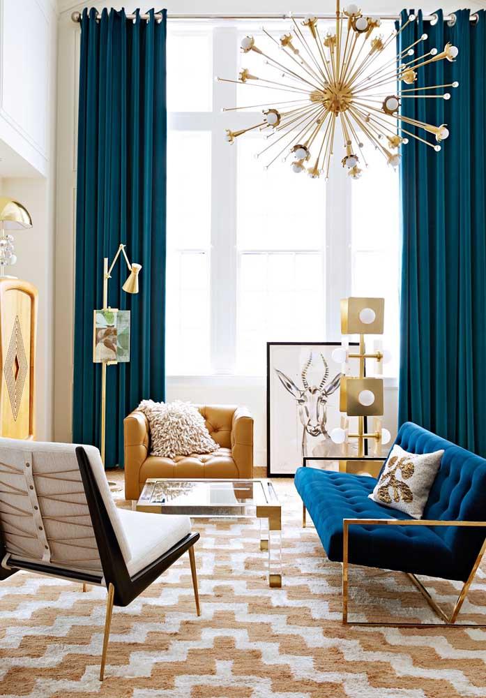 Olha como a cor azul petróleo deixa o ambiente mais chique e sofisticado, principalmente, se fizer uma combinação com elementos dourados.