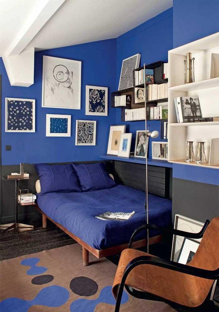 Quarto juvenil todo em azul royal, das paredes à roupa de cama