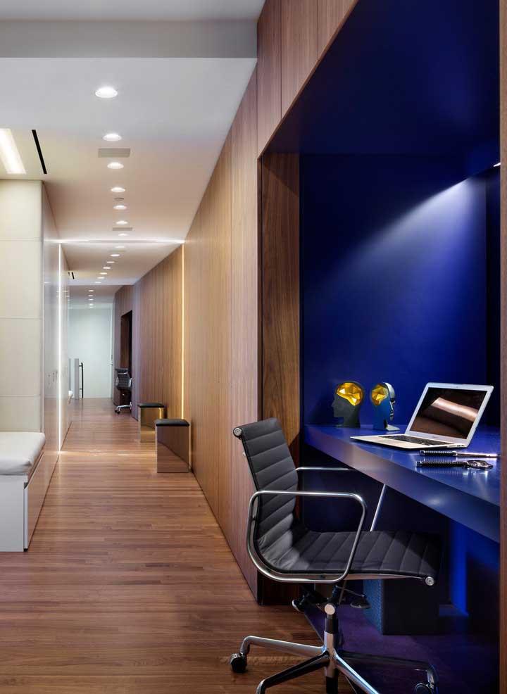 A faixa azul royal demarca o espaço do home office com muita elegância