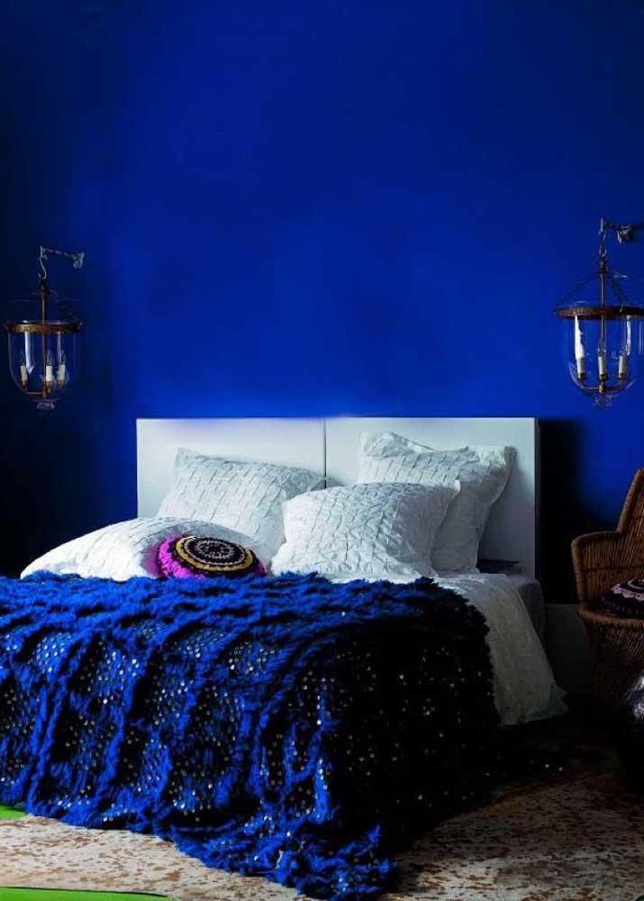Quarto de casal azul royal: a cama branca cria um leve contraste com o restante da decoração