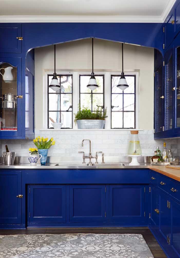 Cozinha azul royal: um modelo clássico com versão moderna