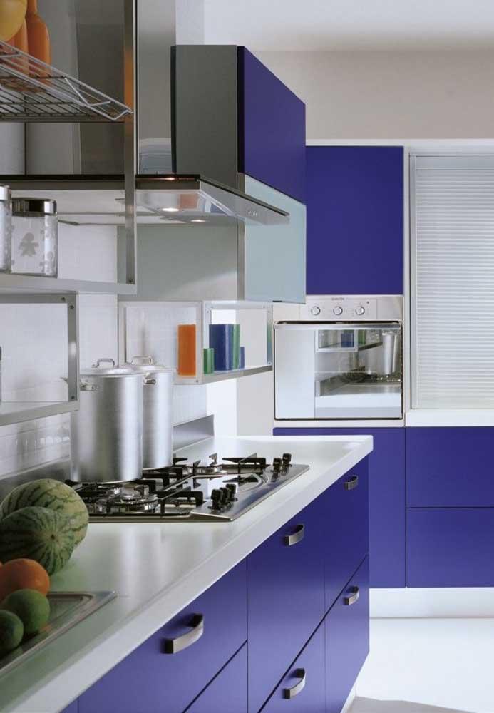 Já nessa outra cozinha, tanto o design dos móveis, quanto a cor se encaixam na proposta moderna
