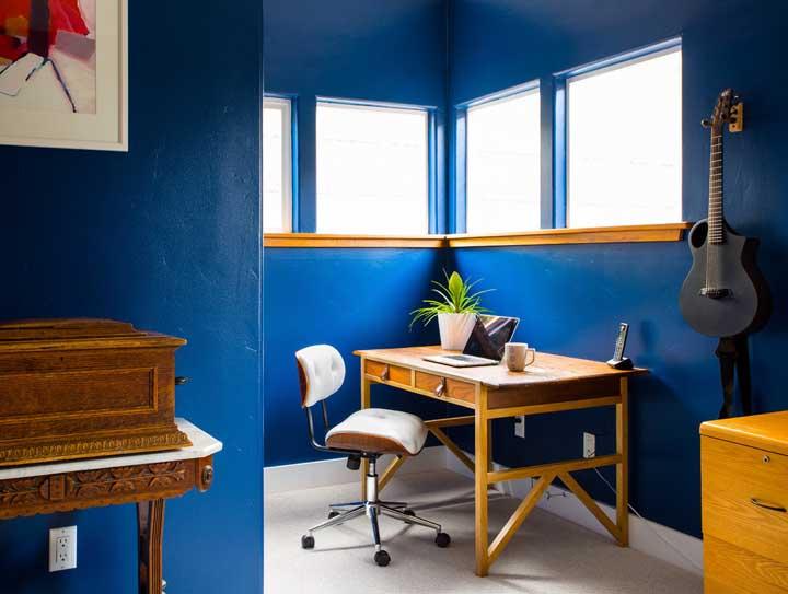 O que acha de trazer a modernidade do azul royal combinado ao estilo retrô dos móveis?