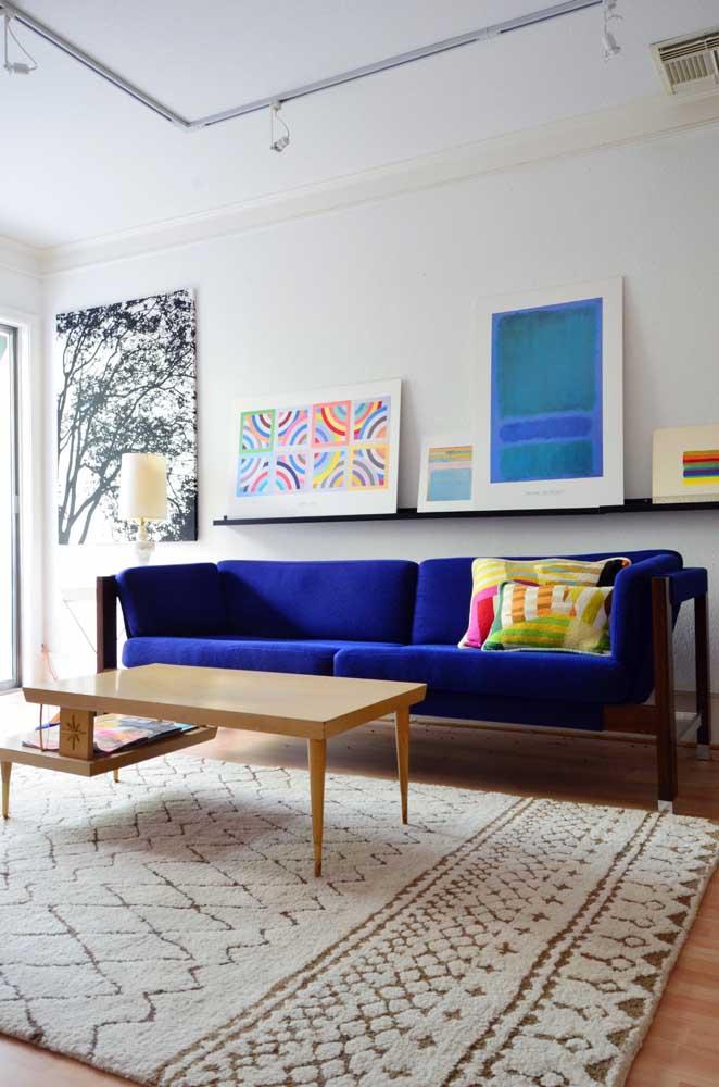 A sala de estar branca ganhou um sofá azul royal lindo e com uma textura maravilhosa