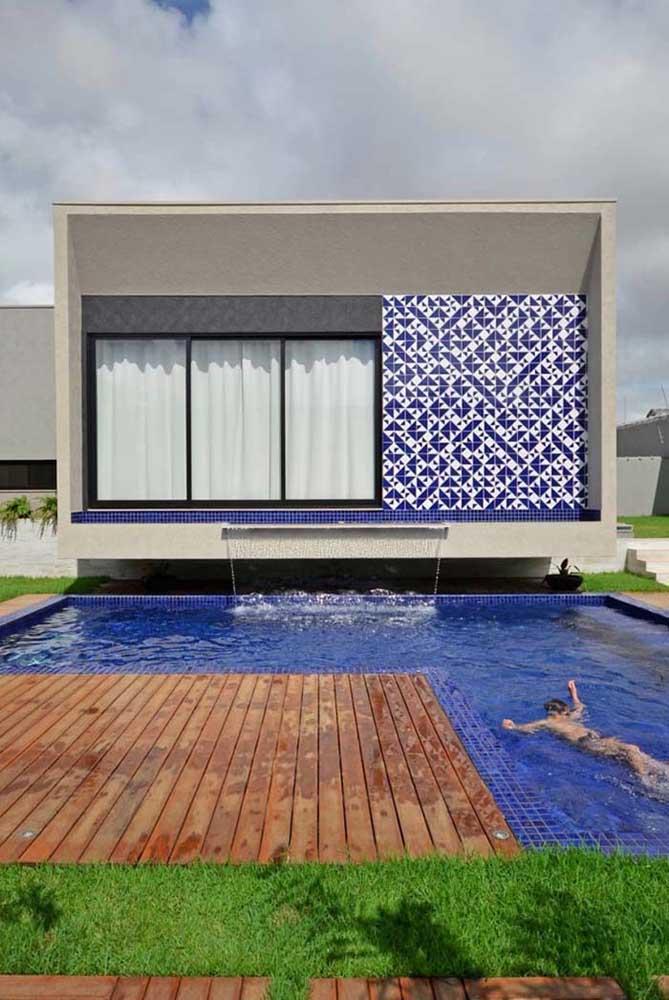 Piscina azul royal; para fechar, os azulejos em branco e azul na parede
