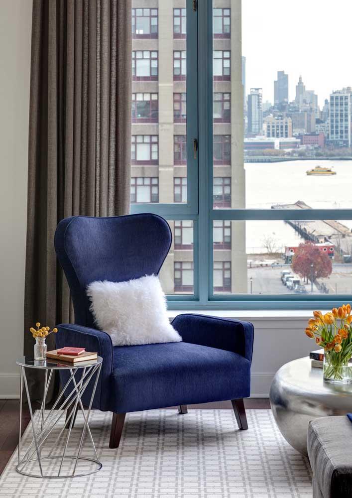 Discreta, a poltrona azul royal assume seu lugar na sala com classe e elegância