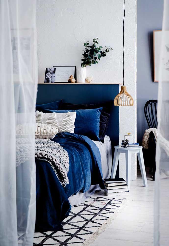 O tom sobre tom de azul marca a decoração desse quarto de casal
