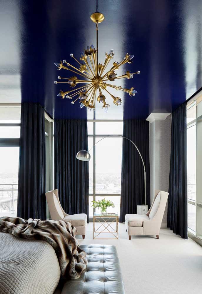 Para os mais ousados, a sugestão é pintar o teto de azul royal, mas, cuidado: apenas se o pé direito for alto