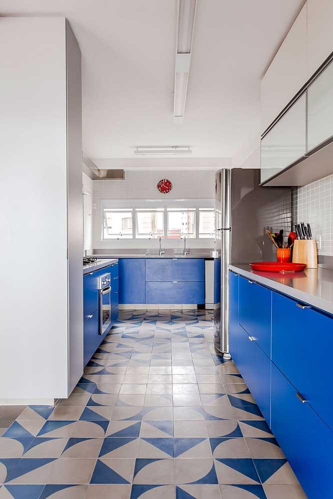 Piso e armário em perfeita sintonia nessa cozinha