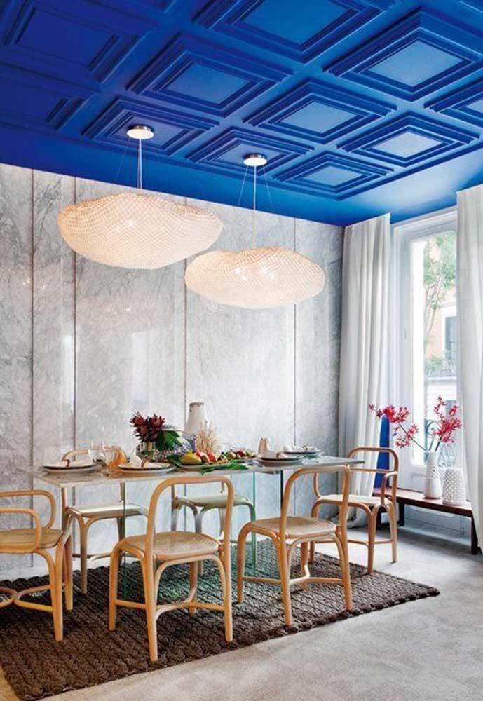 Mais uma linda inspiração de teto azul royal: esse aqui ainda conta com o diferencial das molduras de gesso