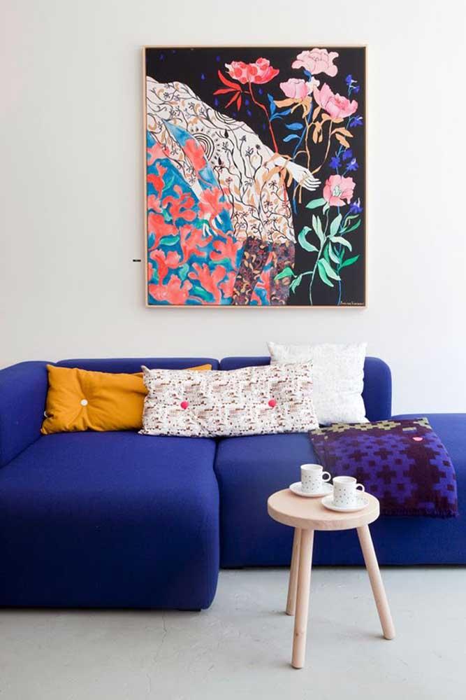 Um sofá azul royal é a melhor opção para quem gosta da cor, mas não quer ousar demais