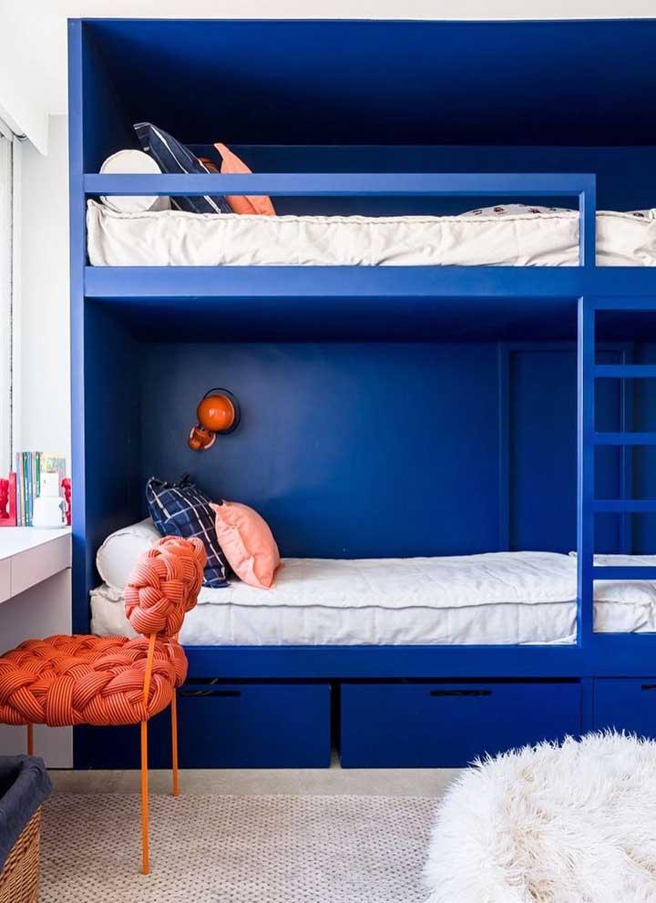 O quarto jovem soube tirar proveito da energia tranquila do azul royal em contraste com a vibração da cor complementar, o laranja