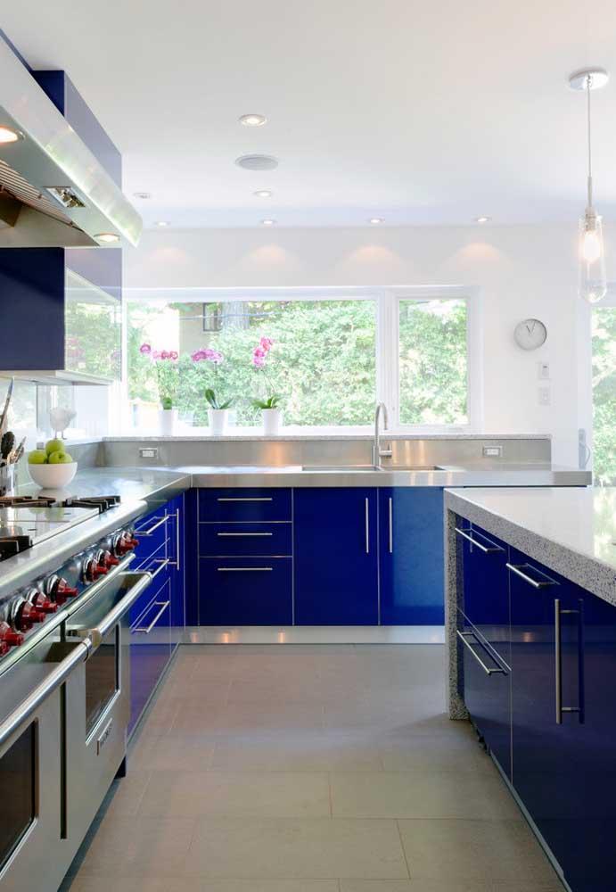 A cozinha moderna contou com a exuberância do azul royal