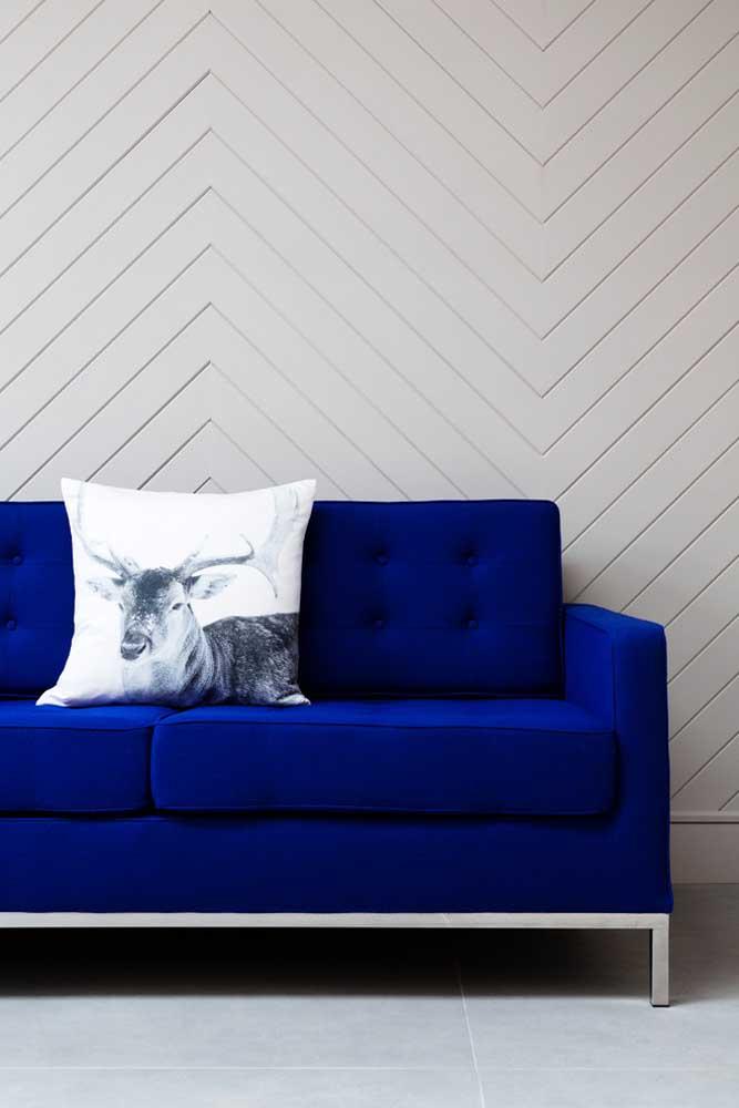 Um sofá azul royal como esse dispensa maiores adereços
