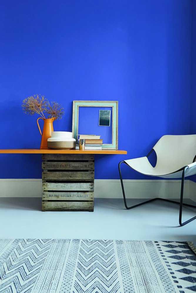 Dá para ter uma decoração minimalista sem recorrer ao preto e branco, como essa inspiração em azul royal