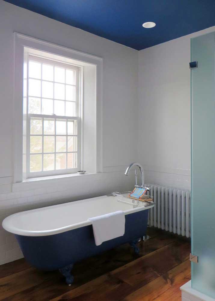 Teto e banheira azul royal: combinação inusitada e muito interessante