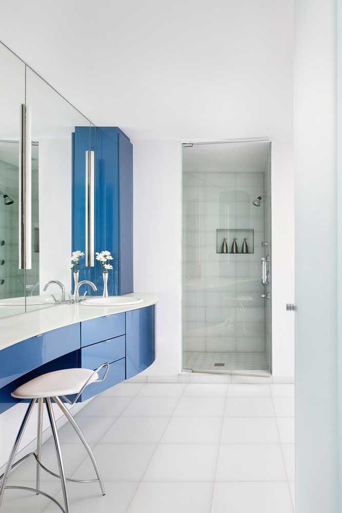 Banheiro amplo e branco com detalhes em azul royal para contrastar