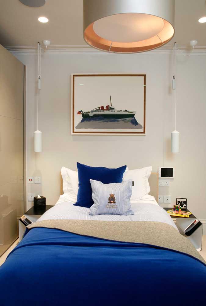 Para não cansar do azul royal experimente usar a cor na roupa de cama; você renova a decoração toda semana