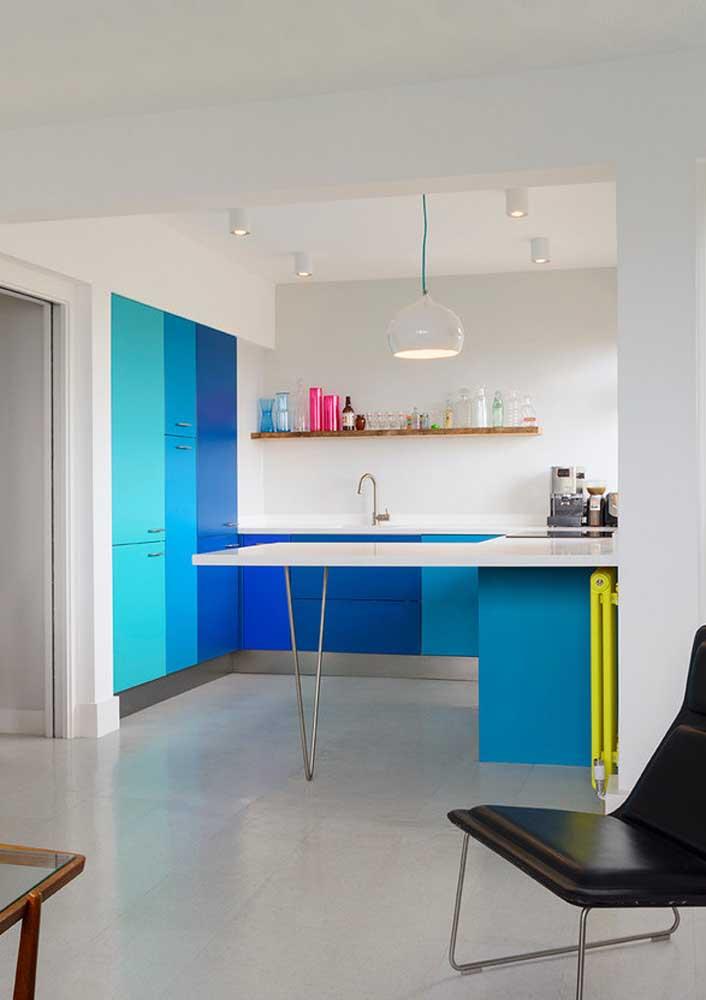 Cozinha em tom sobre tom de azul com base branca