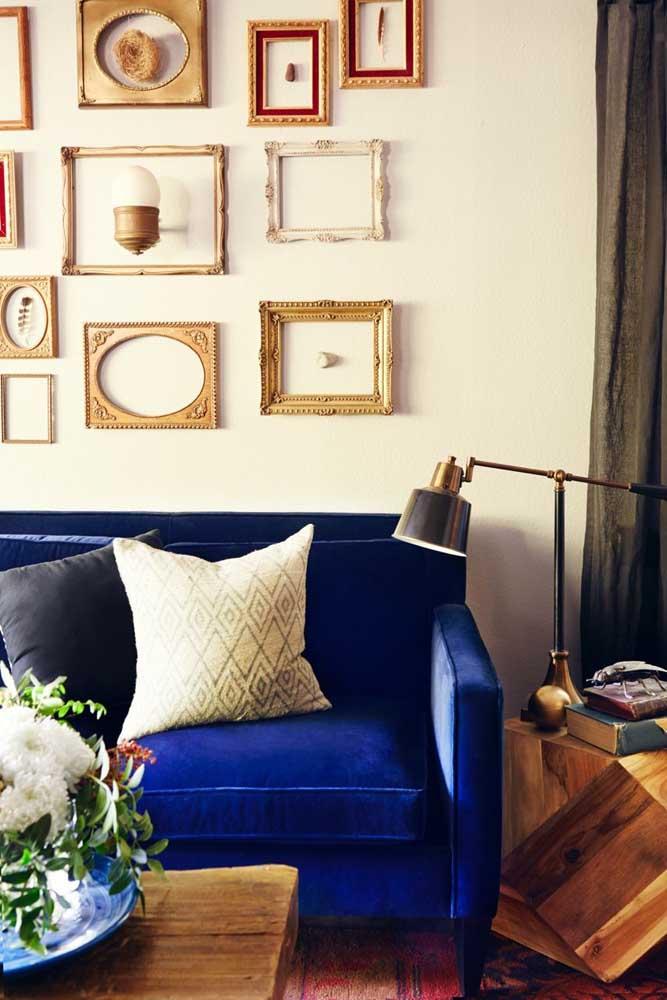 A sala acolhedora e aconchegante conta com um sofá azul royal que soube como encontrar o seu lugar no ambiente muito bem