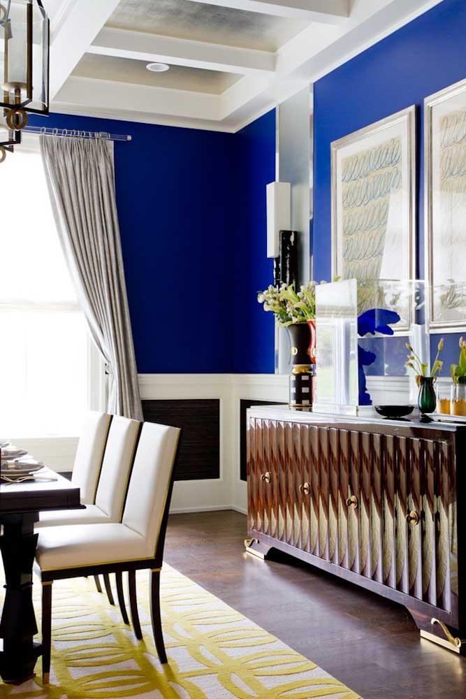 A sala de jantar cheia de texturas trouxe paredes em azul royal