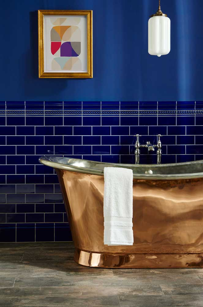 Duas maneiras diferentes de usar o azul royal na parede: azulejos de metro e pintura
