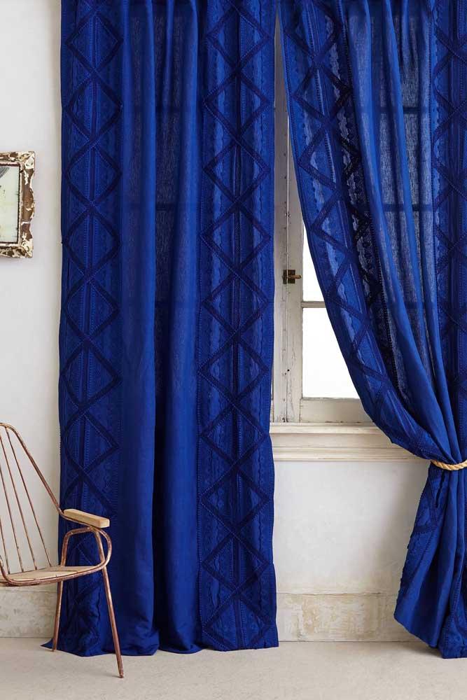 Que tal uma cortina azul royal? Elegância garantida na sala de estar