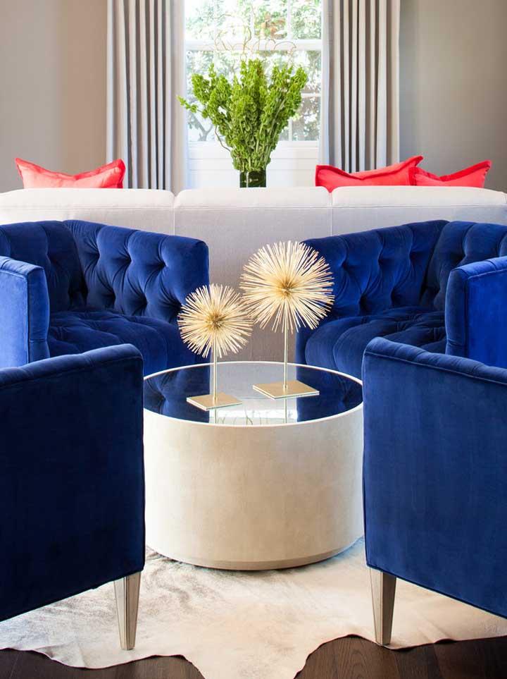 Poltronas azul royal com acabamento capitonê: a sala ficou charmosa demais!