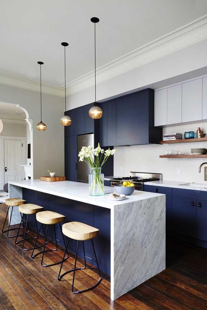 Nessa cozinha é possível notar como o azul royal transmite neutralidade