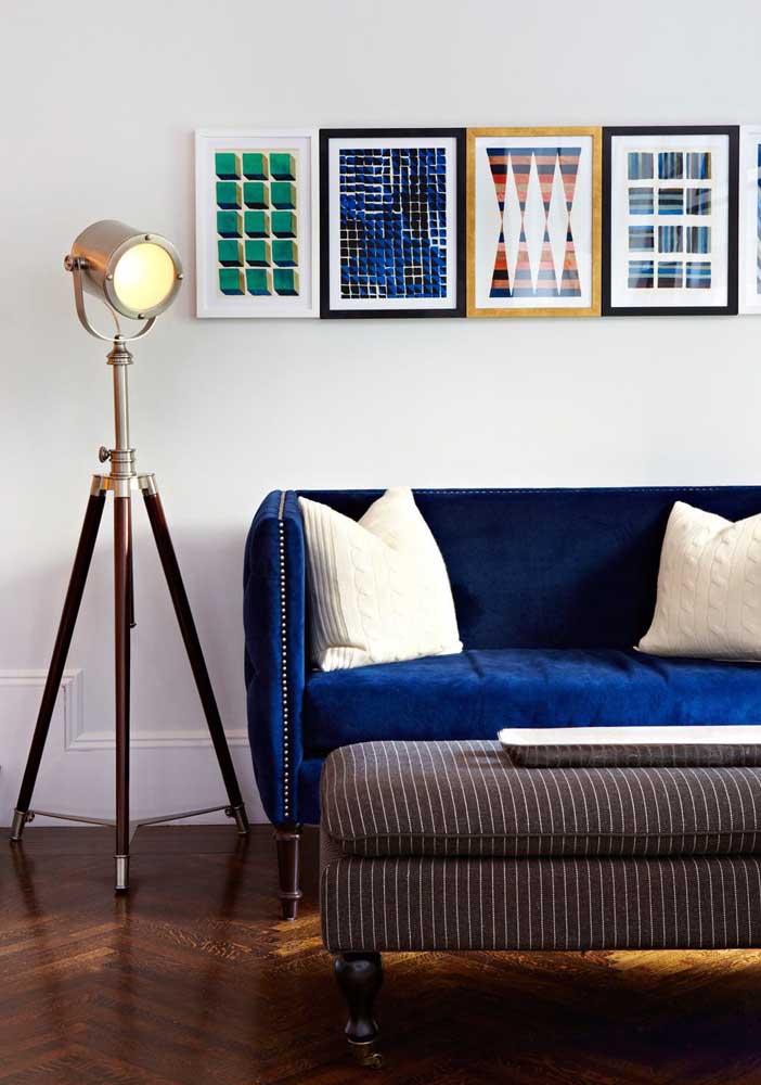 Sofá azul royal em combinação com os quadros na parede