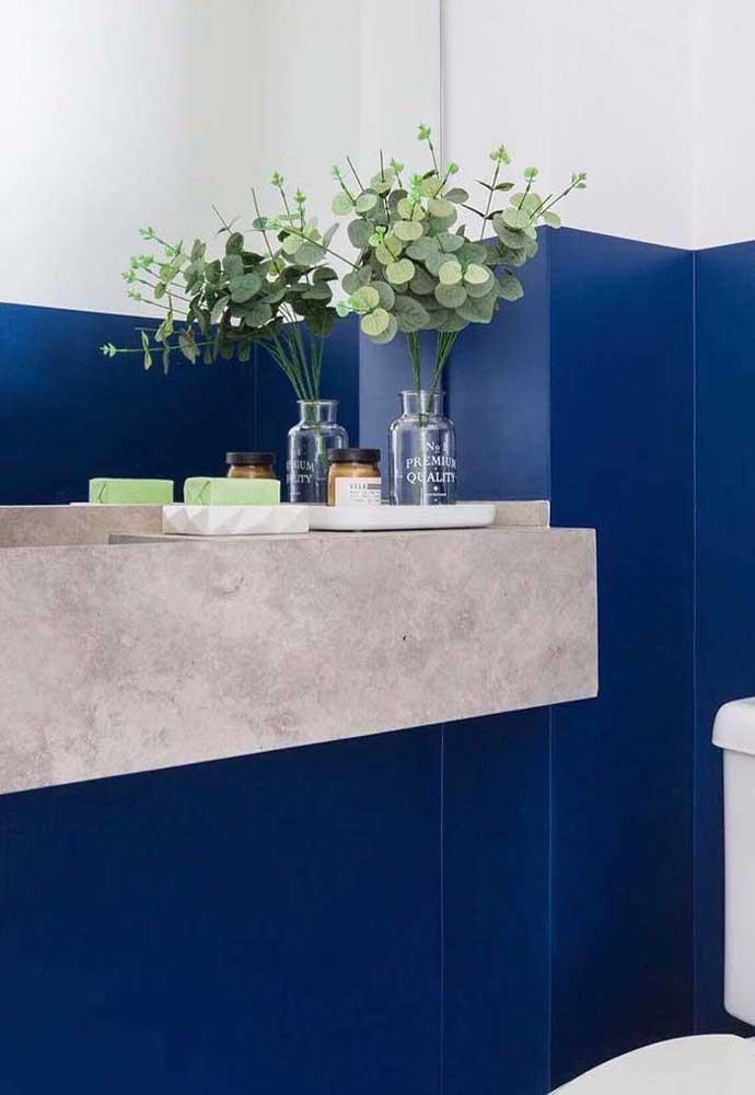 Azul royal no banheiro: o branco e o cinza garantem o toque moderno e neutro ao ambiente