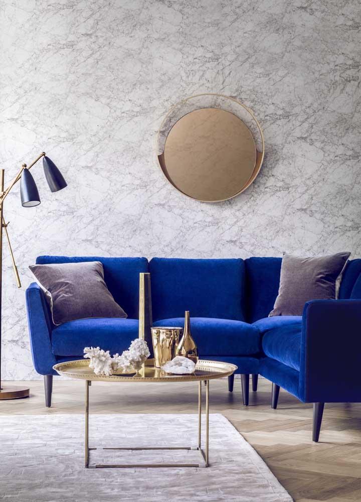 Se um sofá azul royal já é lindo, imagina agora um sofá azul royal de veludo? É para se apaixonar