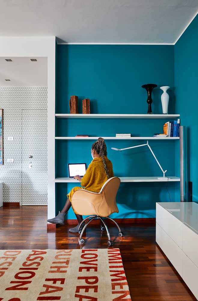 Como a cor azul turquesa estimula a criatividade, pode ser uma ótima opção para a parede do escritório.
