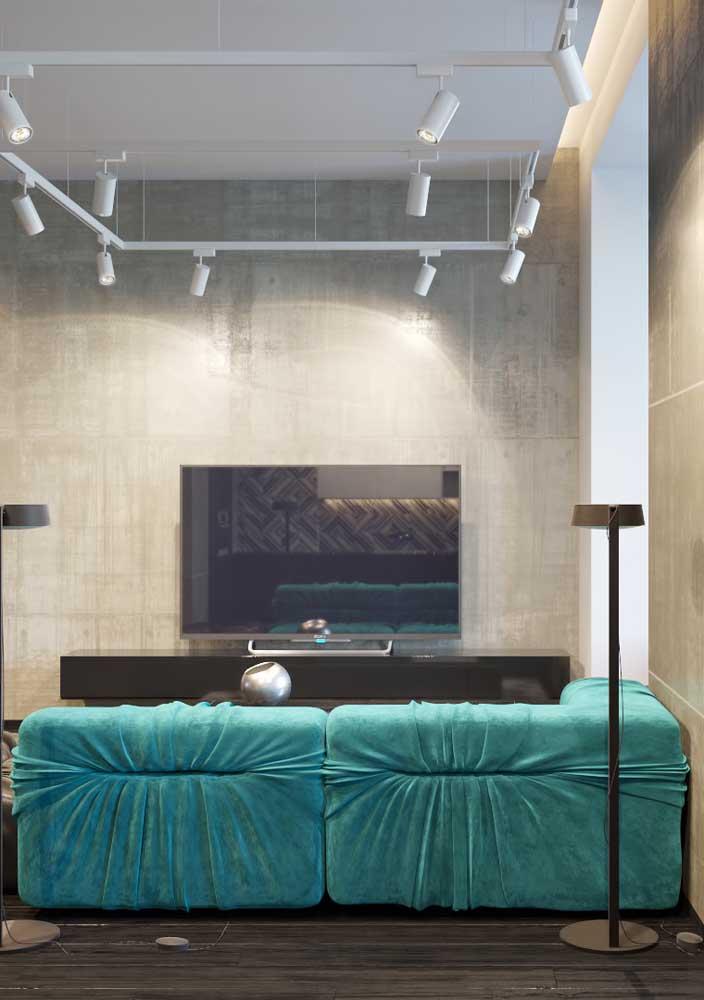 Se a intenção é deixar o ambiente mais sofisticado, aposte no sofá na cor azul turquesa.